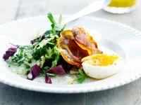 Salat mit Bacon und gekochtem Ei
