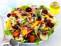 Salat mit Bohnen, Rote Bete, Tomaten, Gurke, Orange, Kernen Rezept