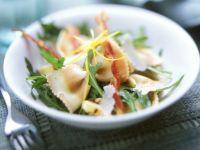 Salat mit bunten Nudeln, Rucola und Speck Rezept