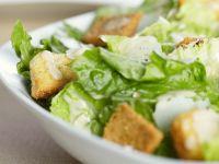 Salat mit Croutons und Parmesan Rezept