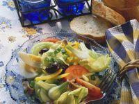 Salat mit Ei, Oliven und Sardellen Rezept
