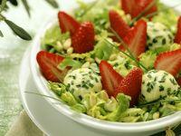 Salat mit Erdbeeren Ziegenfrischkäse-Klößchen Rezept