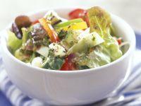 Salat mit Feta, Oliven und Paprika Rezept