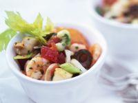 Salat mit Frutti di mare, Stangensellerie und Oliven