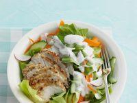 Salat mit Hähnchenbrust mit Joghurtdressing Rezept