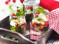 Salat mit Himbeeren, Mozzarella und Pinienkernen Rezept