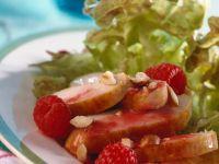 Salat mit Himbeersoße und Hähnchenbrust Rezept