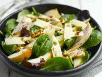 Salat mit Jarlsberg, Birnen, geräucherter Hähnchenbrust und Walnüssen