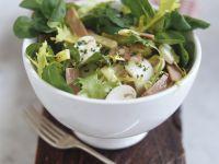 Salat mit Käse, Champignons und Schinken