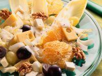 Salat mit Käse, Chicorée, Trauben und Walnüssen