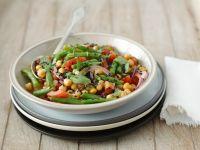 Salat mit Kichererbsen, Tomaten, Bohnen, Zwiebeln und Minze Rezept