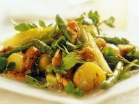 Salat mit Räucherfisch, Kartoffeln und grünem Spargel