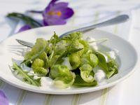 Salat mit Rosenkohl, Bärlauch, Löwenzahn und Joghurt Rezept