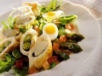 Salat mit Spargel im Teigmantel gebacken Rezept