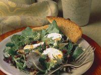 Salat mit Ziegenkäsescheiben und Röstbrot Rezept
