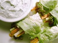 Salat-Röllchen mit Kräuterdip Rezept