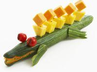 Salatgurke mit Ananas- und Käsewürfeln Rezept