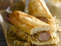 Sandwich mit Kraut, Bratwurst und Senf Rezept