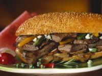 Sandwich mit Steak, Zwiebeln, Paprika und Blauschimmelkäse Rezept