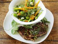 Saubohnen-Möhren-Gemüse mit Koteletts vom Grill Rezept