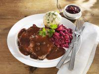 Sauerbraten mit Rotweinsauce und Semmelknödel Rezept