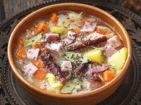 Sauerkrautsuppe mit Schweinerippchen Rezept