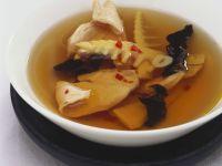 Scharfe Brühe mit Hühnchen und Mu-Err-Pilzen Rezept