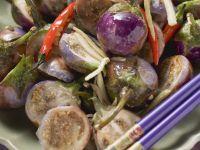 Scharfes Auberginengemüse auf asiatische Art