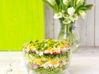 Schichtsalat mit Zwiebeln, Ei, Speck, Erbsen und Käse Rezept