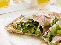Schinkenpizza mit Salat Rezept