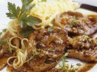 Schnitzel vom Kalb mit Zwiebeln und Tagliatelle Rezept