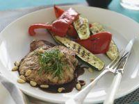 Schnitzel vom Schwein mit Pinienkernen und Balsamessig Rezept