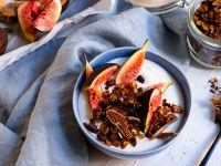 Schoko-Granola mit Walnüssen, Weizenkeimen und Feigen