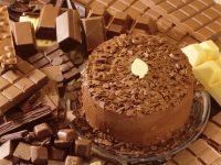 Schokoladen-Mokka-Torte von Schokolade umgeben