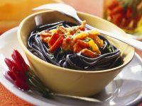 Schwarze Pasta mit feuriger Soße Rezept