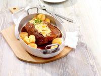 Schweinebraten mit Käse-Kartoffelbällchen Rezept