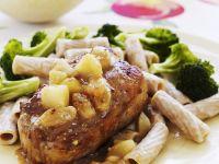 Schweinekarree mit Vollkornnudeln, Apfelsoße und Brokkoli Rezept