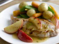 Schweinekarrees mit Äpfeln und Gemüse Rezept