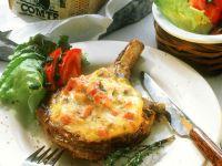 Schweinekotelett mit Käsehaube und Salat Rezept