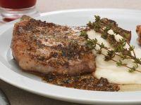 Schweinekotelett mit Senfkörnern und Kartoffel-Knoblauch-Pürree Rezept
