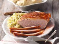 Schweinekrustenbraten mit Kohlgemüse und böhmischen Knödeln Rezept