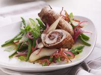 Schweineröllchen und Bohnen-Birnen-Salat mit Speck Rezept