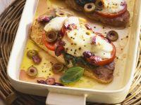 Schweineschnitzel mit Caprese-Haube (Tomate, Mozzarella, Pesto) Rezept