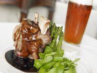 Schweinshaxe mit grünem Spargel und Feldsalat Rezept