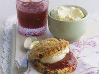 Scone mit Clotted Cream und Konfitüre Rezept
