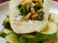 Seelachsfilet mit Zucchini und Pinienkernen
