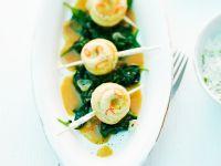Seezungenröllchen auf Blattspinat mit Currysauce Rezept