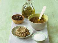 Senfdressing mit Zutaten (Dijonsenf, Salz, Pfeffer, Olivenöl) Rezept