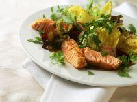 Sesam-Lachssteifen mit Salat Rezept