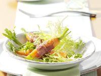 Sesam-Möhren im Schinkenmantel auf Friséesalat Rezept